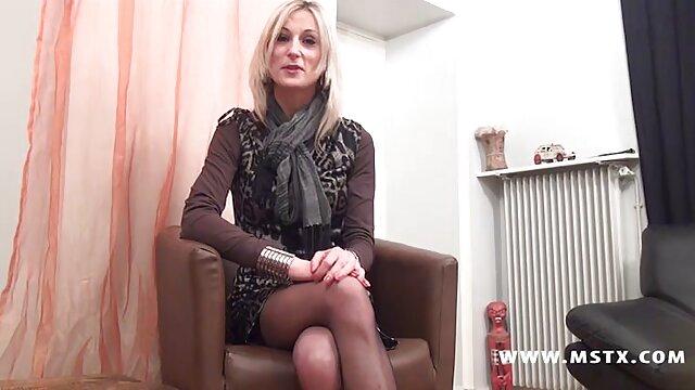 Eine schöne Frau beginnt solo in der Küche nach dem pornofilme online Trinken von Tee